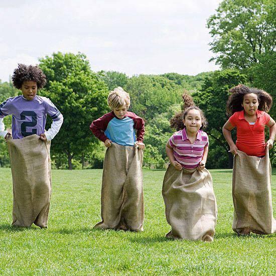 Gara dei sacchi per la festa di bambini