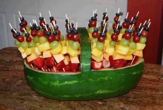 Anguria ripiena di frutta per la festa di compleanno