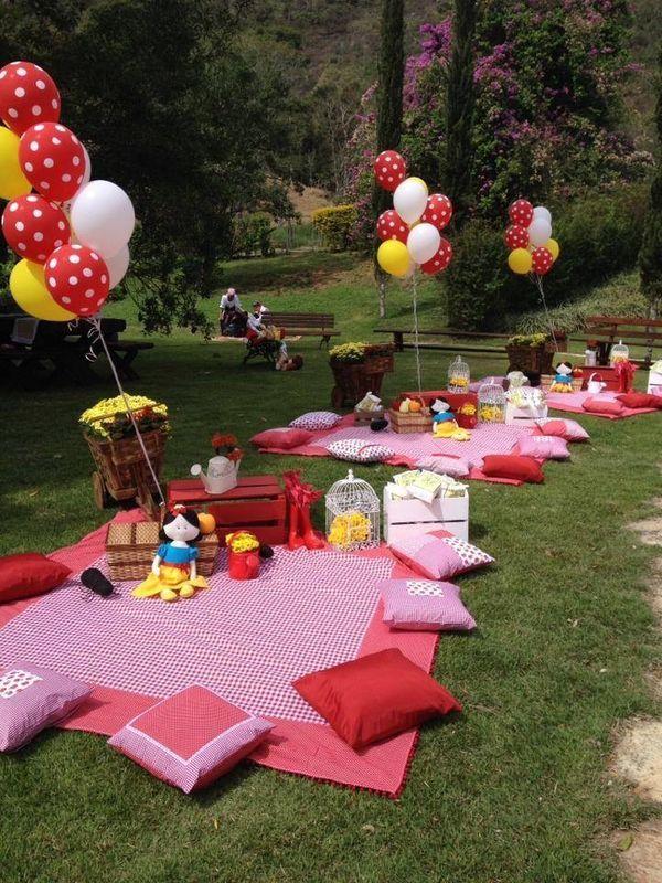 festa di compleanno in un giardino pubblico