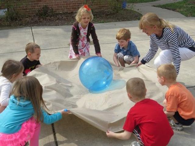 gioco con la palla per la festa di compleanno di bambini